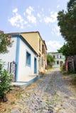 Cunda Alibey海岛一条狭窄的街道的老希腊样式房子  它是一个小海岛在北部爱琴海 库存照片