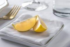 Cunei caldi di limone e dell'asciugamano Immagini Stock Libere da Diritti