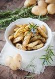 Cunei della patata dei rosmarini immagini stock