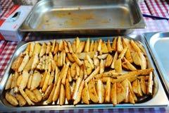 Cunei della patata su uno strato di cottura del metallo Fotografia Stock Libera da Diritti