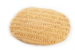 Cuneiforme del estilo del imperio de Akkad escrito en arcilla marrón imagen de archivo