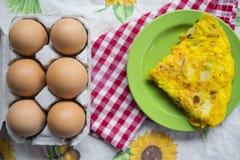 Cuneo del togheter dell'omelette alle uova fresche Immagini Stock