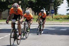 CUNEO, ITALIA - 10 DE JULIO DE 2016: un grupo de ciclistas llega a Fotos de archivo libres de regalías