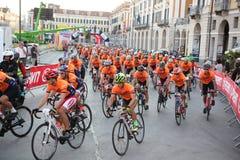 CUNEO, ITALIEN - 10. JULI 2016: eine Gruppe Radfahrer am Anfang O Lizenzfreie Stockfotografie