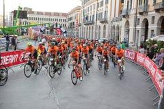 CUNEO WŁOCHY, LIPIEC, - 10, 2016: grupa cykliści przy początkiem o fotografia stock