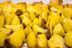 Cunhas cozidas da batata com ervas fotografia de stock