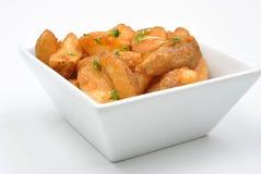 cunhas fritadas da batata em uma bacia Fotografia de Stock