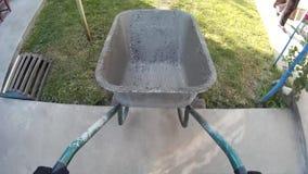 Cunstruction pracownika przewożenia pusta cementowa fura POV zdjęcie wideo