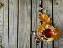 Cuo van thee met noten en bladeren op hout Royalty-vrije Stock Afbeeldingen