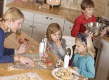 Cuocere dei bambini e della mamma Immagine Stock