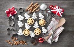 Cuocere dei biscotti di Natale Immagini Stock