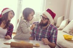 Cuocere dei biscotti di Natale fotografia stock libera da diritti