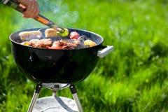 cuocere fine settimana alla griglia di estate Fotografie Stock Libere da Diritti