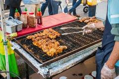 Cuocere i Kabobs alla griglia del pollo Fotografia Stock Libera da Diritti