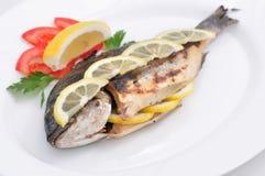 Cuocere i pesci alla griglia Fotografie Stock