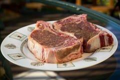 Cuocere le bistecche alla griglia Immagine Stock Libera da Diritti
