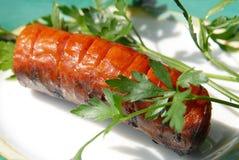 Cuocere le salsiccie alla griglia Fotografia Stock