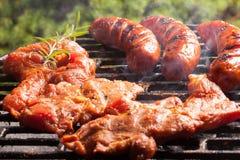 Cuocere le salsiccie alla griglia Fotografia Stock Libera da Diritti