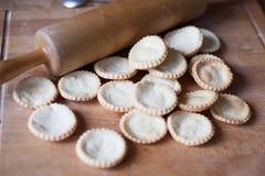 Cuocere - muffin a bordo e rotolo Fotografie Stock Libere da Diritti