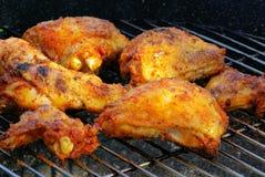 Cuocere pollo alla griglia Immagine Stock Libera da Diritti