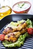 cuocere Pollo cotto Piedini di pollo cotti Coscie di pollo arrostite, lattuga e pomodori ciliegia Cucina tradizionale Mediterra Fotografia Stock