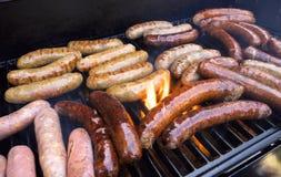 Cuocere salsiccia alla griglia Fotografia Stock