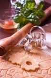 Cuocere una torta sulla tabella di cucina Immagine Stock