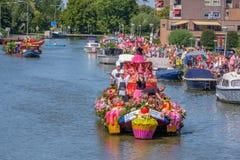 Cuochi allegri su una bella barca decorata con le verdure e immagine stock