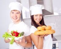 Cuochi con pane e le verdure Immagini Stock