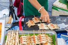 Cuochi del venditore di alimento al mercato di domenica Fotografie Stock Libere da Diritti