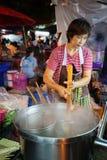 Cuochi della donna al mercato di domenica Immagine Stock Libera da Diritti