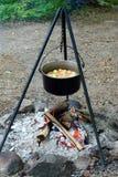 Cuochi dello stufato sopra un fuoco aperto Fotografia Stock