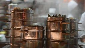 Cuochi unici che cucinano gli gnocchi in vapori di rame tradizionali in un ristorante stock footage