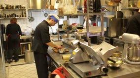 Cuochi unici in cucina stock footage