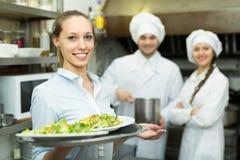 Cuochi unici e cameriera di bar alla cucina Immagine Stock