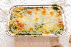 Cuocia gli spinaci con formaggio fotografia stock