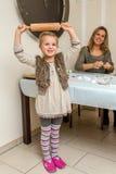 Cuocia i biscotti con la famiglia Immagine Stock
