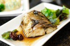 Cuocia i pesci alla griglia con salsa, salsa di teriyaki dei pesci di Saba in porcile giapponese Immagine Stock