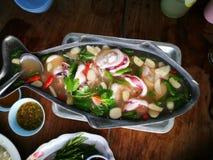 Cuocia a vapore il calamaro con la salsa piccante del limone e dei peperoncini rossi Fotografie Stock Libere da Diritti
