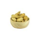 Cuocia a vapore le arachidi nella tazza di legno delle coperture isolata su fondo bianco Fotografia Stock
