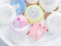 Cuocia a vapore lo sterilizzatore e l'essiccatore per sterilizza gli accessori del bambino Fotografia Stock Libera da Diritti