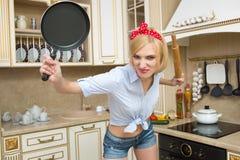 Cuoco aggressivo in una pentola, sui precedenti del Fotografia Stock Libera da Diritti