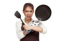 Cuoco asiatico pazzo della ragazza con la padella Fotografia Stock