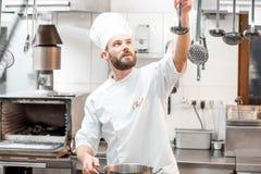 Cuoco del cuoco unico alla cucina Immagine Stock