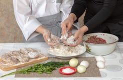 Cuoco del ragazzo e cuoco della madre nella cucina fotografia stock