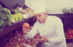 Cuoco dell'uomo che decide di migliori verdure Immagine Stock