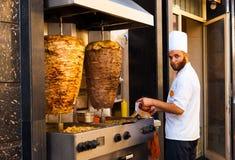 Cuoco della carne di Kebab dell'agnello del pollo della griglia del marciapiede Fotografie Stock