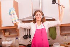 Cuoco della casalinga in cucina Immagine Stock Libera da Diritti