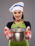 Cuoco della donna con lo stufato di castrato immagine stock libera da diritti