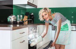 Cuoco della donna di sorriso che frigge o che arrostisce Fotografia Stock Libera da Diritti